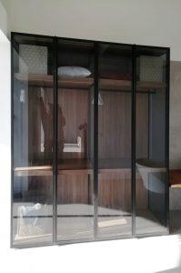 armario con vidrio